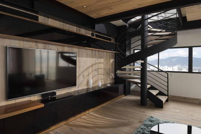 Lintel Escaleras de Caracol Television en Pared Piso de Madera DuChateau en Muro y Piso