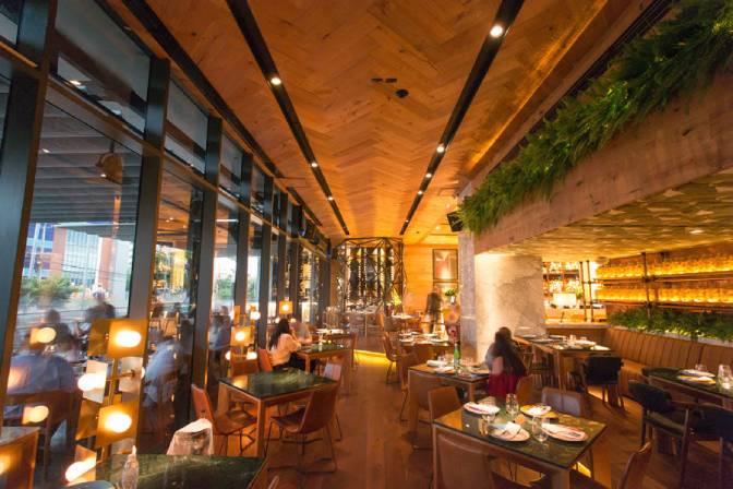 Restaurante con Piso de Madera Lyon DuChateau en Techo Instalado en Herringbone Luces